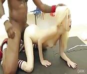 Chuda blondyna bierze czarnego