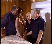Drei alte Männer ficken ein jüngeres Mädchen