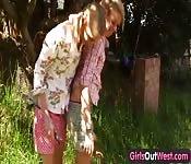 Due bellissime bionde lesbiche sforbiciano