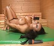 Sauna chaud , brune dépravée