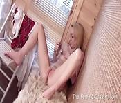Schattige blonde babe heeft plezier met zichzelf