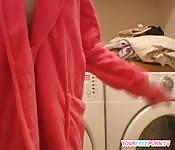 Junge Diana macht es sich auf neuer Waschmaschine