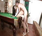 Morena sexy follada sobre la mesa de billar