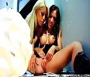 Sexo lésbico com a Bridgette B e a Capri Cavanni