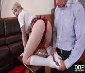 Colegiala seduce a maduro con los pies