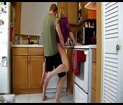 Baisée dans la cuisine