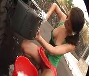Fodendo a bunda de uma garota no lava-jato