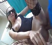 Mulher amadora em um vídeo de sexo caseiro em POV