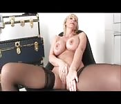 Vollbusige Blondine beim Masturbieren