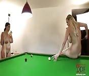 Vollbusige und reife Tussis nackt am Billardtisch