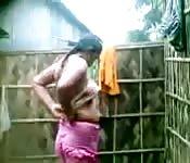 Mujer pillada en la ducha con cámara oculta