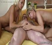 Twee blondjes en één man