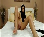 Muzułmańska laska zaczyna nago i bawi się przed ubraniem