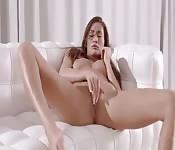 Sexy Möchtegern-Pornostar zieht sich aus und masturbiert