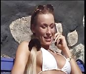 Öffentliche blonde Show von Erotik