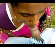 Una bocchinara indiana succhia all'aperto