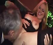 Una monja y un policía montado entran en un bar