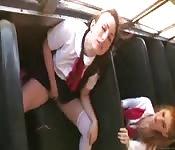 Écolières baisées à fond dans le bus