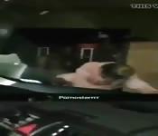 Morena folla con negro sobre el coche