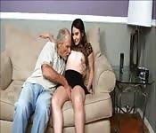 Une ado avec des petits seins se fait baiser par un vieux mec