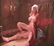 Blondes Milchmädchen bekommt es in Arsch