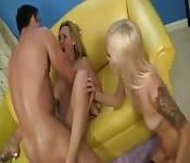Twee blonde chicks worden genomen