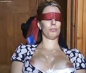 Lefa en cara y tetas de una milf con los ojos vendados