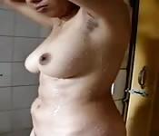 Una amatrice sotto la doccia e davanti alla webcam