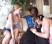 Zwei bisexuelle Tussis ficken riesigen schwarzen Schwanz
