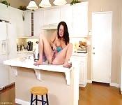 Mãe se masturba na cozinha