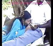 Un tipo recibe una mamada en público