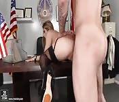 Officière judiciaire Américaine se fait baiser dans son bureau