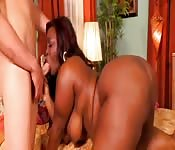 Ebony met massieve tieten wordt hard geneukt