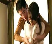 L'asiatica fa sesso appassionato con il suo amante