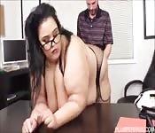 Gordita se desnuda y es follada