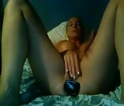 Se masturba y se llena el coño