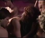 Una sensuale bionda succhia tanti cazzi