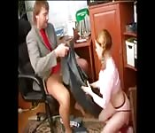 Roodharige tiener wordt verleid door een oudere man