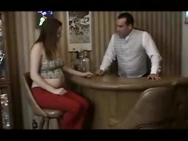 Fille enceinte baise le serveur