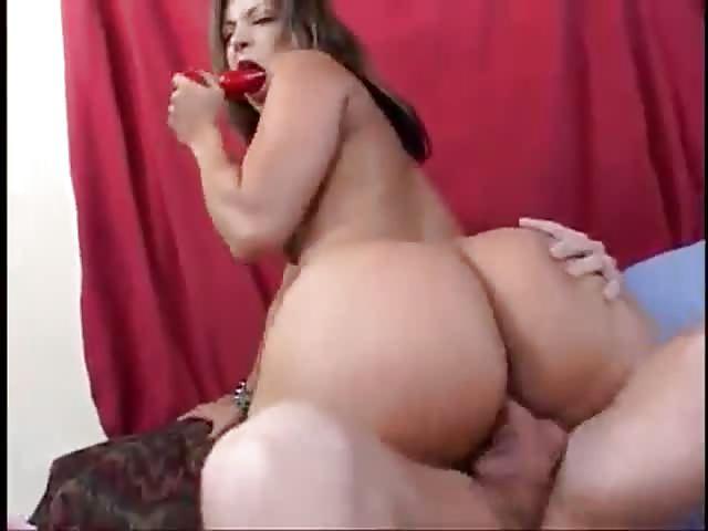 La milf rubia con tetas pequeñas tiene sexo anal