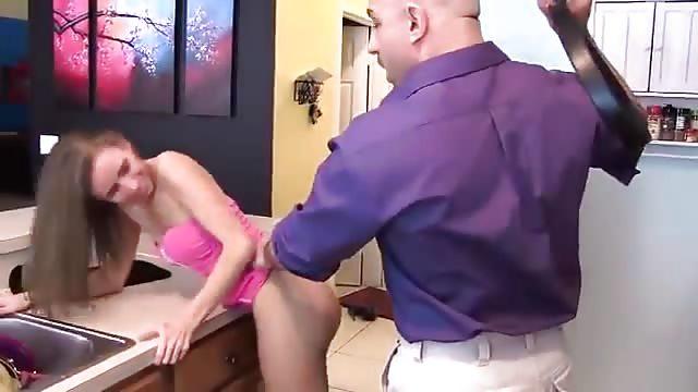 Papa schleicht fickt Tochter