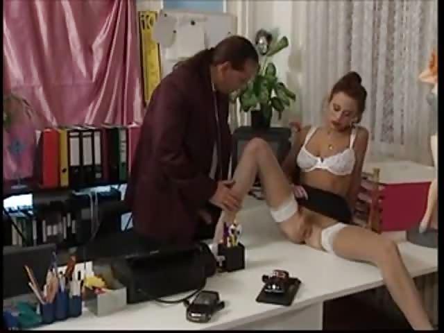 jeune etudiante baise sa directrice decole sous les yeux de son mari excite par le scenario