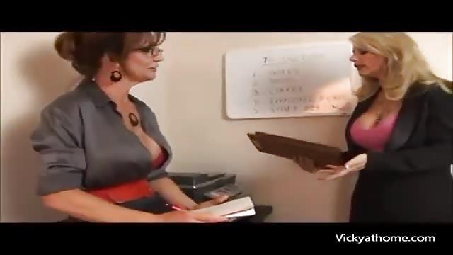 Lesbiche mature con ragazzine-9390