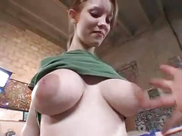 Chatte serrée gros seins