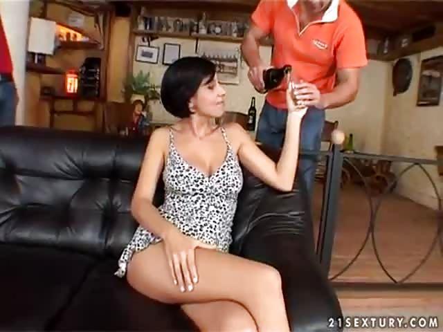 TAYLOR: Amateur brunette ass shake