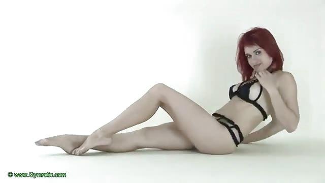 Una bella donna dai capelli rossi si mette in mostra ...