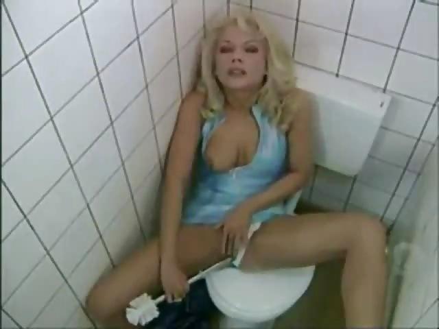 Öffentliche Milf Toilette fickt frei WC