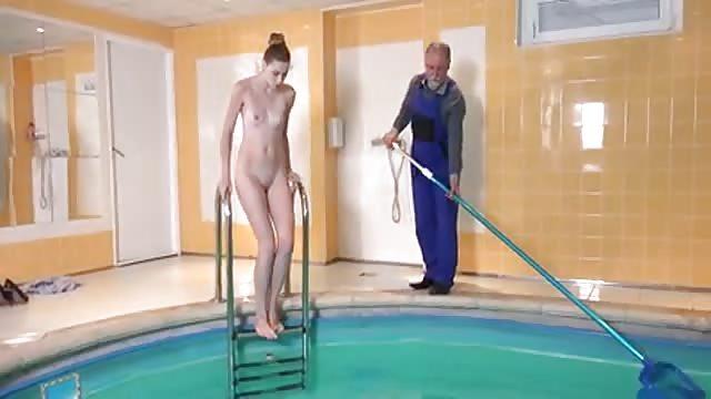 Milf se folla al tipo de la piscina