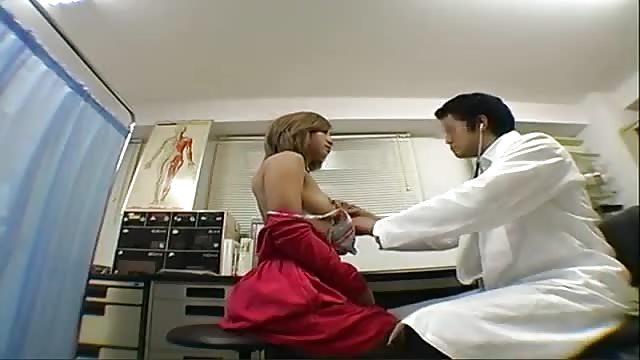Un médecin asiatique baise une superbe patiente