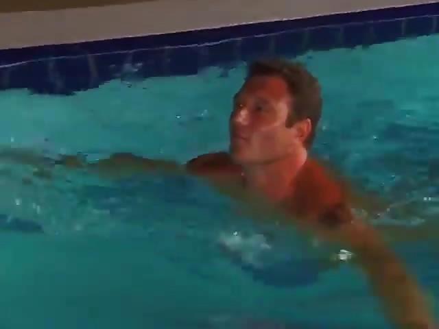 Double pénétration au bord d'une piscine
